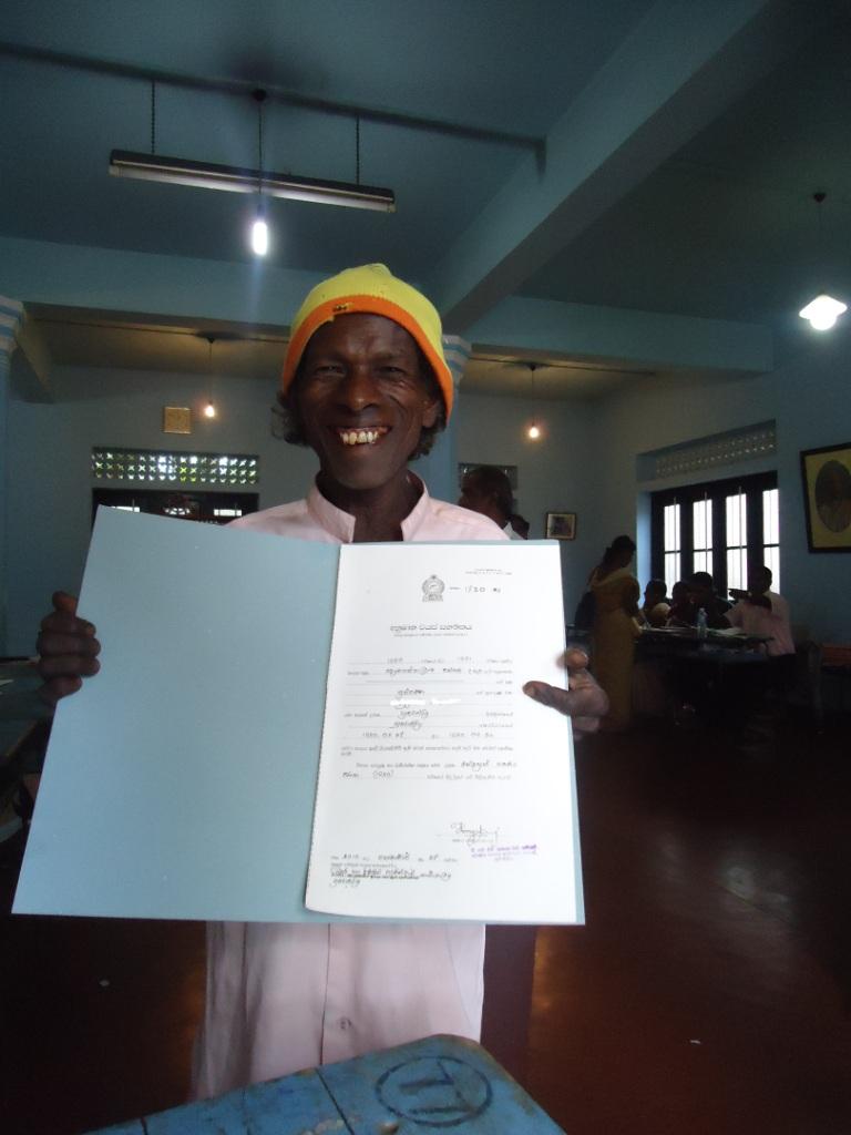 Une clinique mobile d'aide juridique pour aider les gens à obtenir des certificats de naissance et autres documents personnels dans la région des plantations de thé au Sri Lanka | Crédit: Sajeed Ahamed Fahurdeen, Sri Lanka
