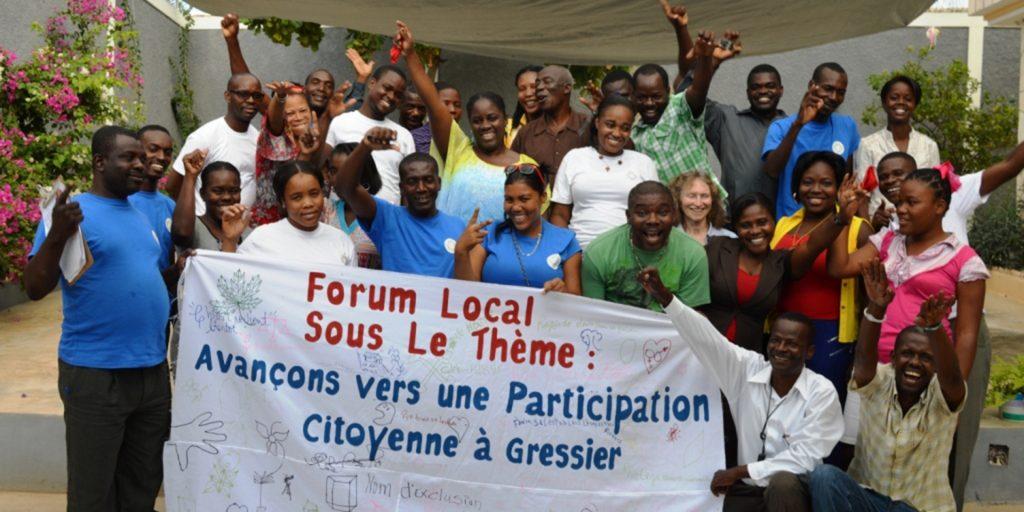 Le Programme sur la citoyenneté engagée a été développé suite au tremblement de terre de 2010, permettant à des groups traditionnellement exclus des efforts de développement en Haïti à avoir une voix et prendre un leadership dans la reconstruction de leurs communautés.